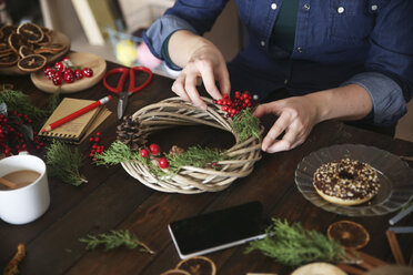 Woman decorating Advent wreath, partial view - RTBF00481