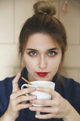 Portrait of young woman with cup of coffee - RTBF00484
