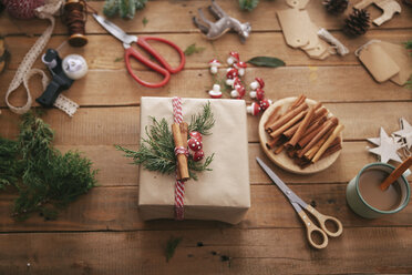 Wrapped Christmas present - RTBF00502