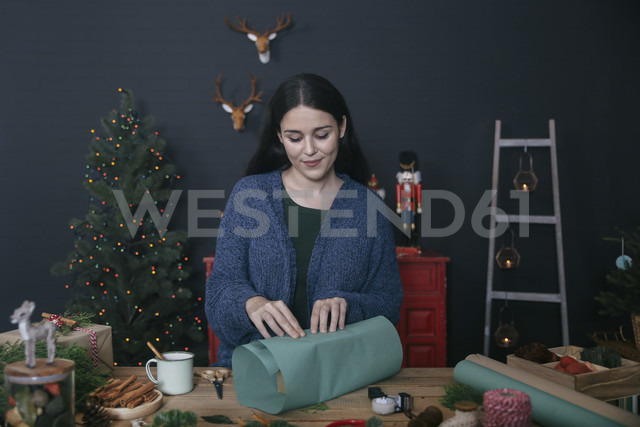 Woman wrapping christmas gifts - RTBF00505