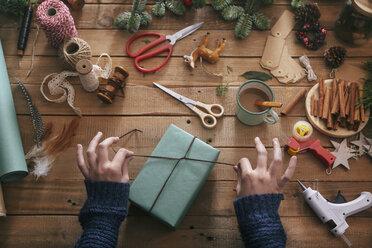 Woman wrapping christmas gifts - RTBF00508