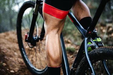 Close-up of mountainbiker on forest trail - JRFF00997