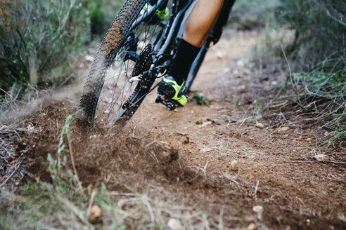 Close-up of mountainbiker skidding in a curve - JRFF01000