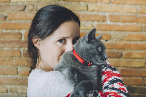 Woman with Russian Blue on her shoulder - GEMF01199