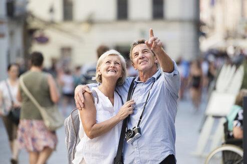 Senior couple on city trip - HAPF01129