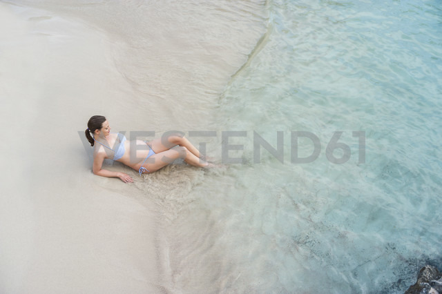 Pregnant woman sitting at the sea - DIGF01430