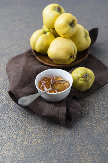 Wooden bowl of quinces and bowl of quince jelly - MYF01853