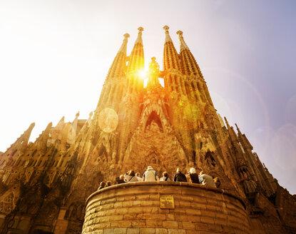 Spain, Barcelona, Tourists visiting Sagrada Familia church - EJW00806