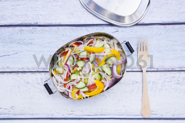 Lunchbox of glass noodle salad with vegetables on wood - LVF05613