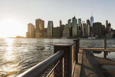 USA, Brooklyn, view to Manhattan at twilight - UUF09314