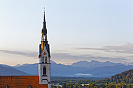 Germany, Bad Toelz, view to Parish Church Assumption in front of Bavarian Alps - SIEF07155