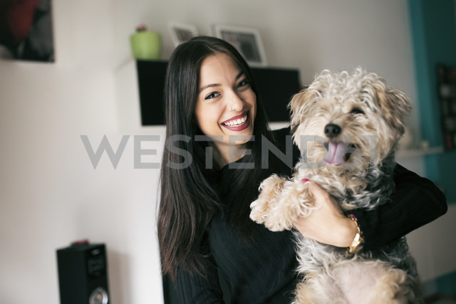 Portrait of happy young woman with her dog at home - JASF01300 - Jaen Stock/Westend61