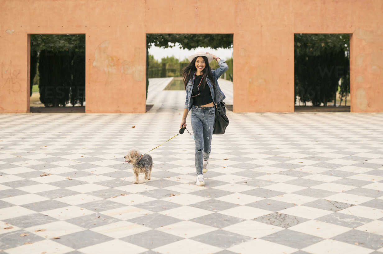 Young woman going walkies with her dog - JASF01309 - Jaen Stock/Westend61