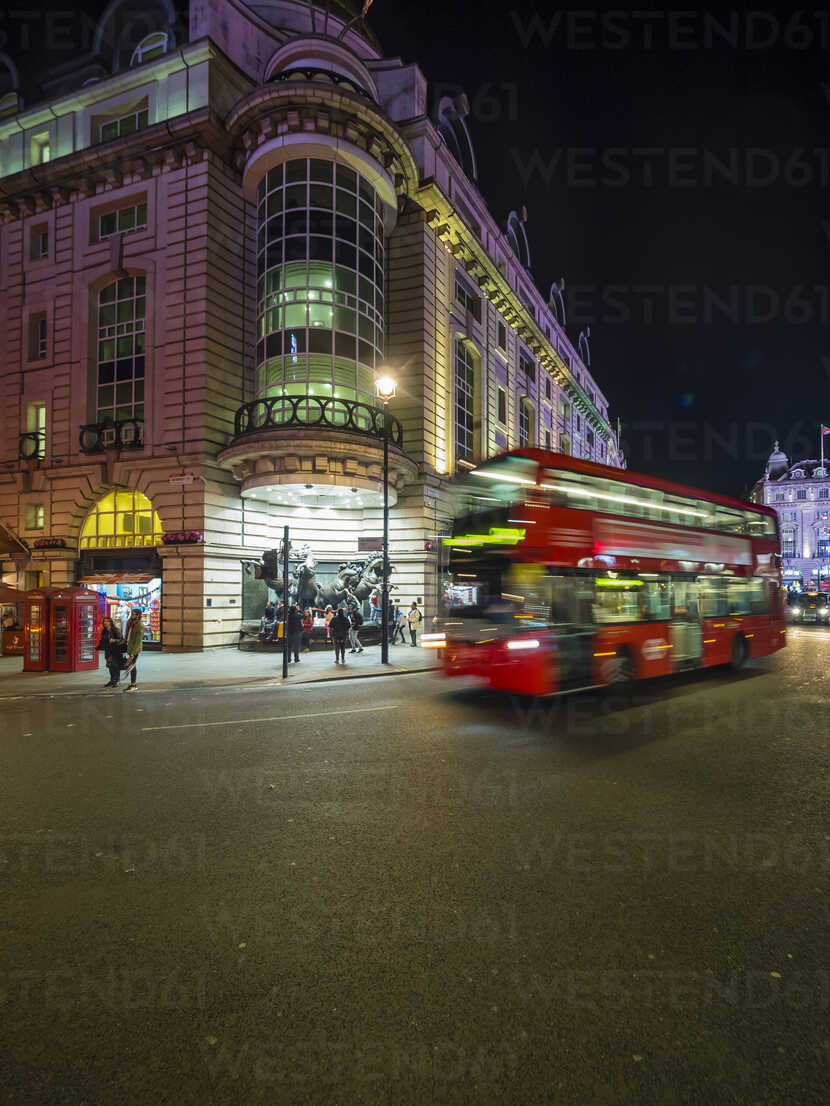 UK, London, Piccadilly Circus, driving double-decker bus at night - AM05093 - Martin Moxter/Westend61