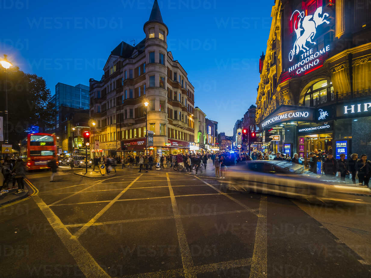 UK, London, St James's, Leicester Square in the evening - AM05095 - Martin Moxter/Westend61