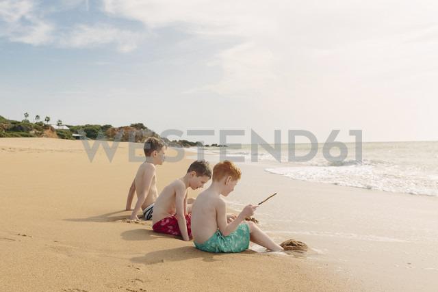 Three boys sitting on the beach - NMSF00004 - Nicole Matthews/Westend61