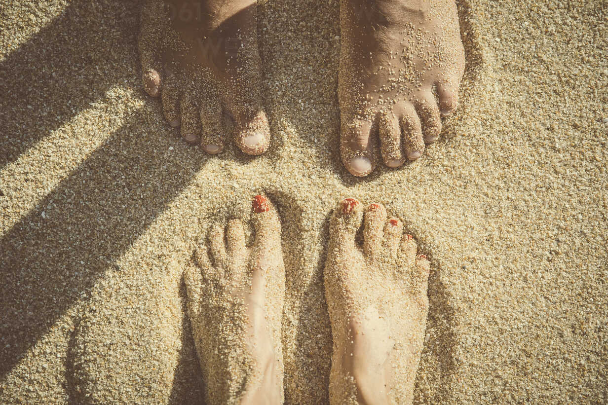 Feet of a couple standing in the sand seen from above - CHPF00352 - Christophe Papke/Westend61