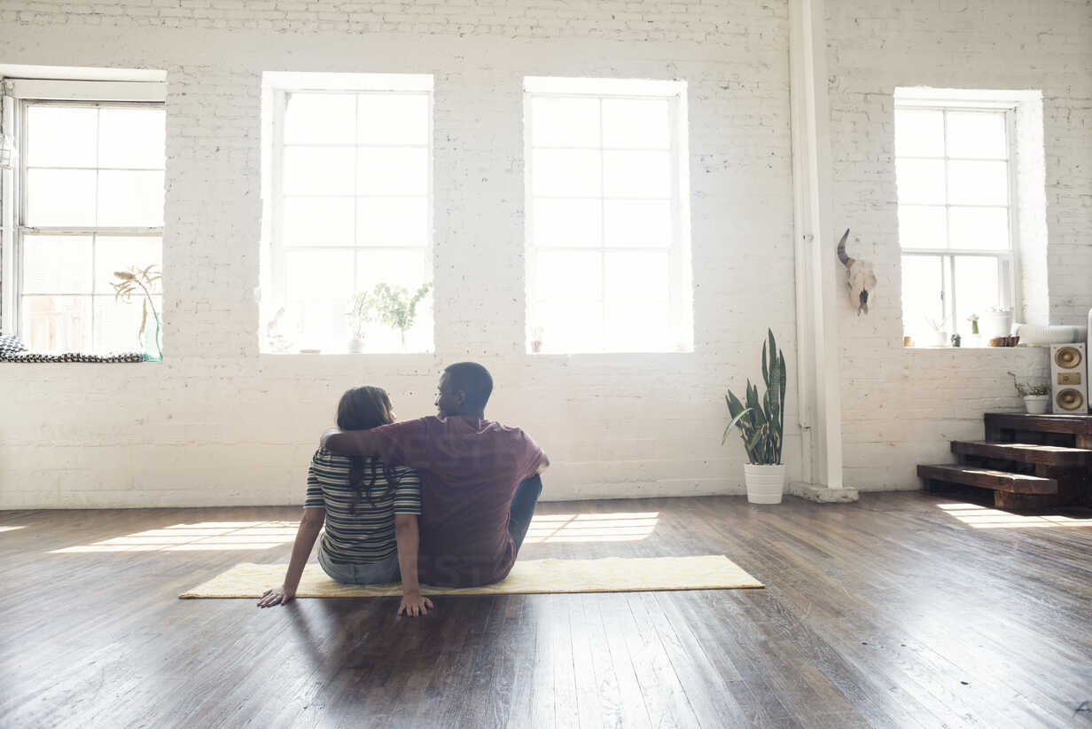Young couple sitting on carpet in a loft - WESTF22120 - Fotoagentur WESTEND61/Westend61