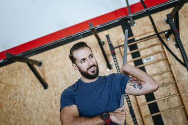 Man exercising in gym - KIJF00914