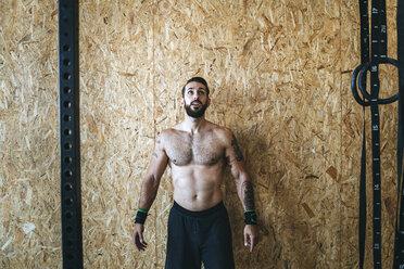 Man preparing for exercises in gym - KIJF00932
