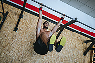 Man doing exercises in gym - KIJF00935
