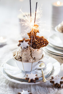 Tea cup of cinnamon star ice cream with caramelized nuts - SBDF03075