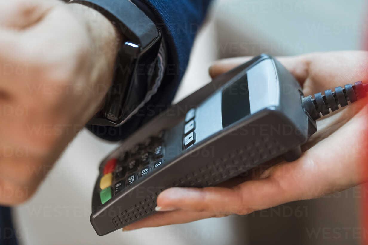 Contactless payment with smart watch - ZEDF00442 - Zeljko Dangubic/Westend61