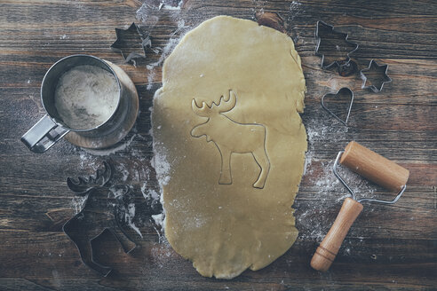 Cutting out Christmas cookies on wood - RTBF00541