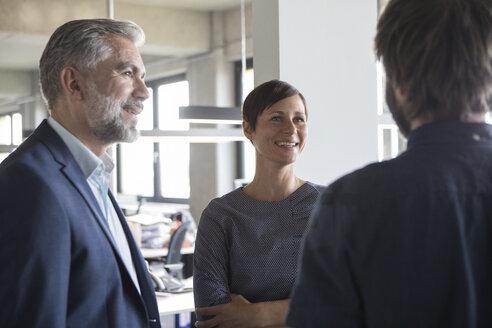 Businesspeople talking in office - RBF05283