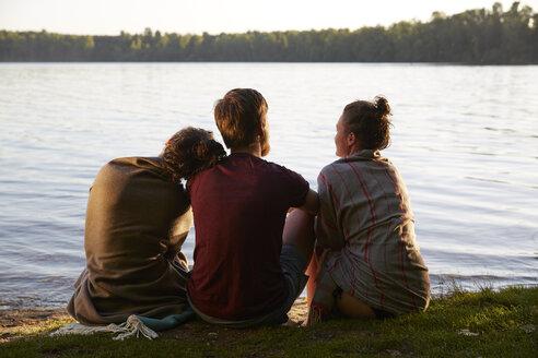 Friends sitting at a lake - FMKF03292