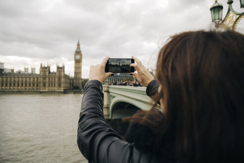 UK, London, woman taking picture of Big Ben and Houses of Parliament - JPSF00024