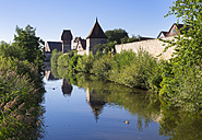 Germany, Bavaria, Franconia, Dinkelsbuehl, river Woernitz and city wall - SIEF07188