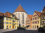 Germany, Bavaria, Franconia, Dinkelsbuehl, church and fountain in the old town - SIE07191
