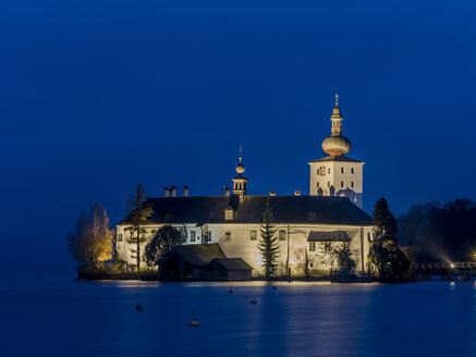 Austria, Salzkammergut, Gmunden, Ort Castle in Traunsee at night - EJW00814