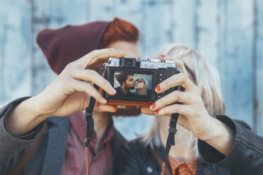 Young couple taking a selfie with vintage camera - RTBF00567