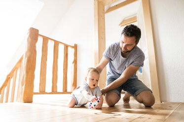 Father playing with baby at home - HAPF01221