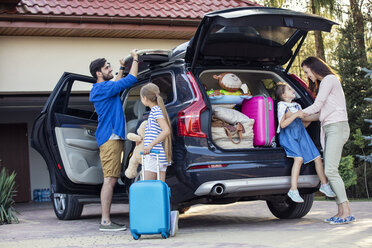 Happy family packing car for vacation - WEST22334