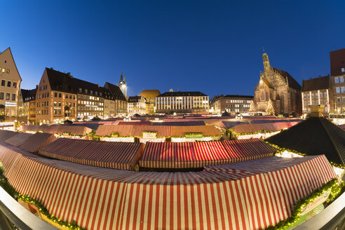 Germany, Nuremberg, view to Church of Our Lady and roofs of Christkindlmarkt - SIE07230