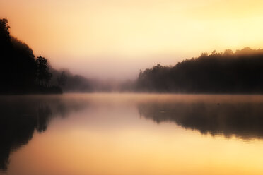 USA, North Carolina, Price Lake at sunrise - SMAF00640