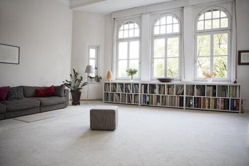 Spacious living room - RBF05367