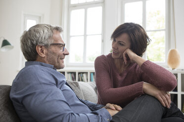 Smiling mature couple at home on the sofa - RBF05391