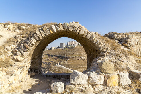 Jordan, Al-Karak, Kerak Crusader castle, view through archway on modern buildings - MABF00425