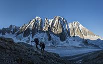 France, Chamonix, Argentiere Glacier, Les Droites, Les Courtes, Aiguille Verte, group of mountaineers - ALRF00750