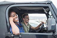 Happy young couple in a car - SIPF01195