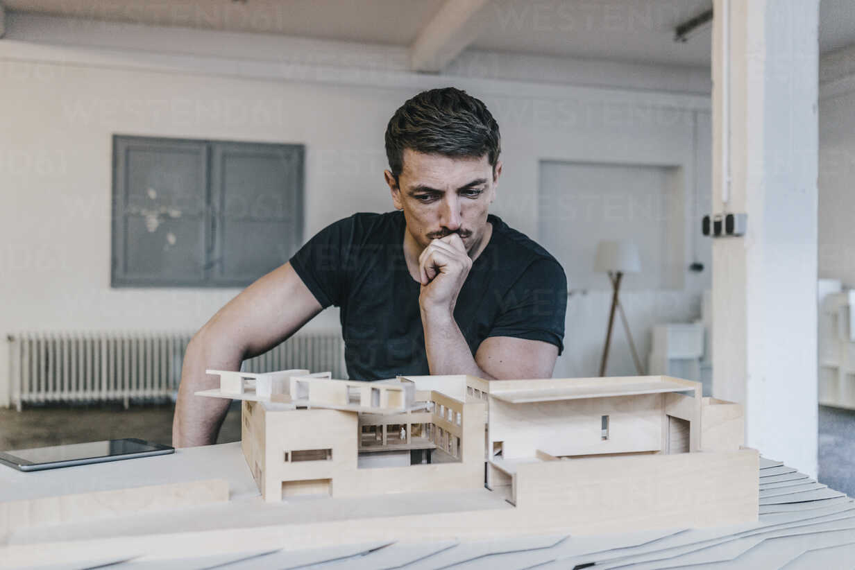 Architect looking at architectural model - KNSF00820 - Kniel Synnatzschke/Westend61