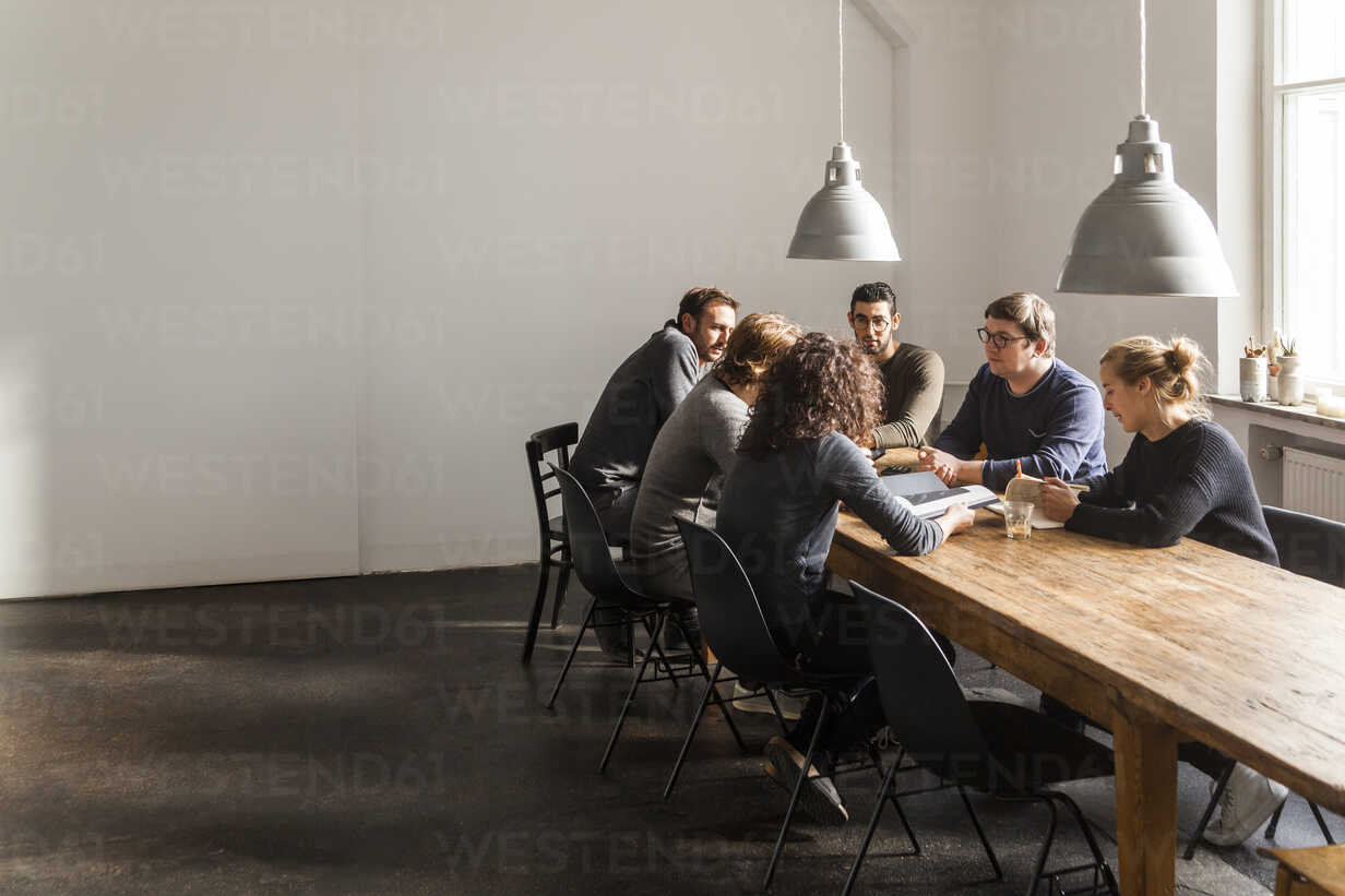 Coworkers having a meeting in modern office - TCF05286 - Tom Chance/Westend61