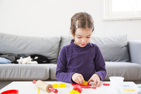 Little girl cutting out modeling clay - LVF05765