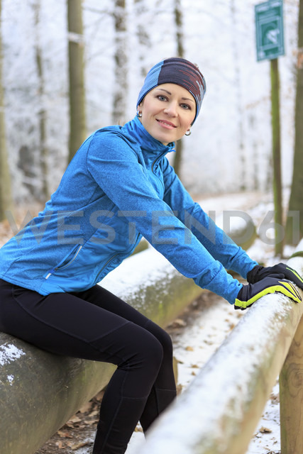 Woman training on fitness trail in winter forest - VT00579 - Val Thoermer/Westend61
