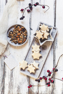 Cinnamon stars and cracked nuts - SBDF03117