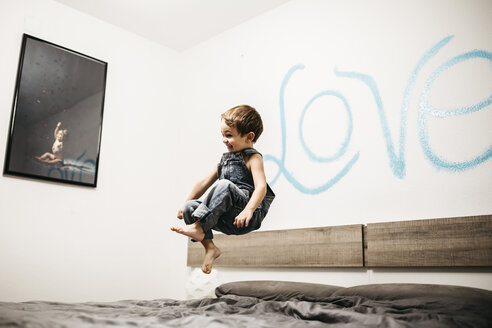 Little boy jumping on the bed of his parents - JRFF01132